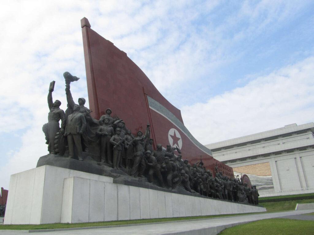 Nordkorea Palast Fahne Monument